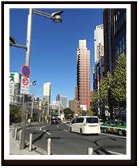 正面に西武新宿駅、右手にヤマダ電機の画像