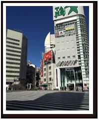 くぐってすぐに、新宿駅を背に横断歩道の画像
