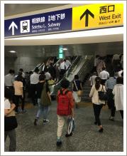 横浜駅西口の地上のロータリーの画像